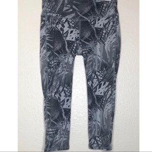 Athleta Greyscale Tropical Plant Capri Leggings